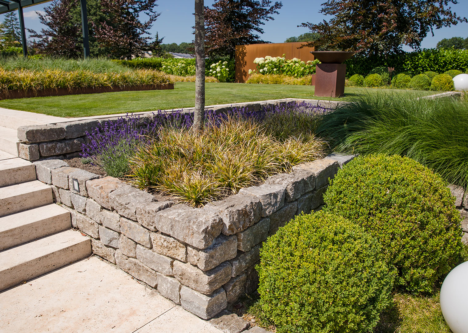 Garten preiswert aufwerten: Beetumrandung aus Naturstein