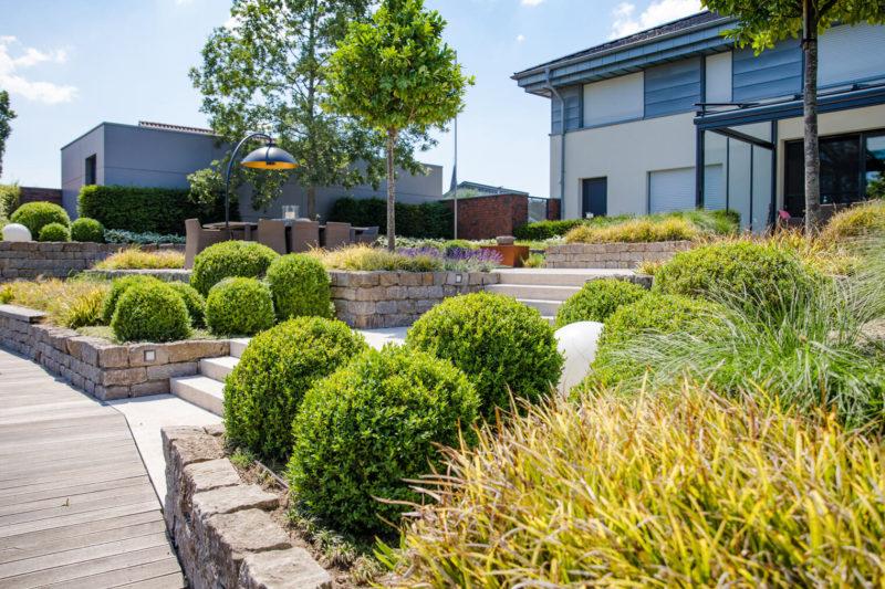 Naturstein verbaut als Mauer im Vorgarten